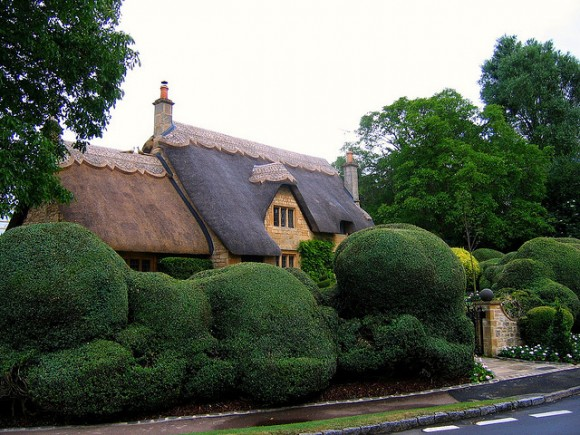 Thatched Cottage in Chipping Campden by Flickr user UGArdener (creative commons)