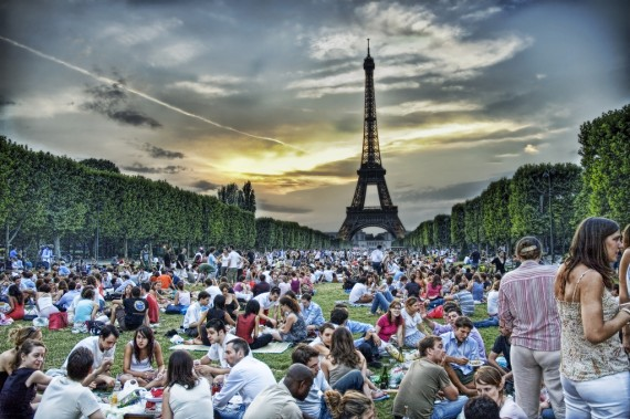 Picnic under famous Tour Eiffel (Creative Commons)